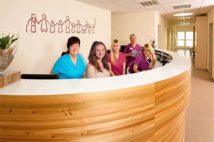 In unseren 2013 fertiggestellten Praxisräumen erwartet sie in der Eingangshalle eine großzügige Empfangstheke.