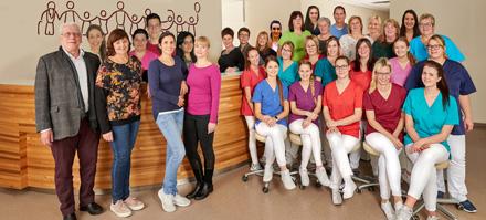 Dieses Bild zeigt die Mitarbeiterinnen und Mitarbeiter der Gemeinschaftspraxis Buttenwiesen